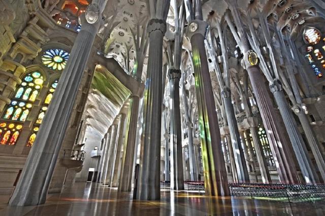 gaudi-wikimedia-sagrada_familia__interior_nau